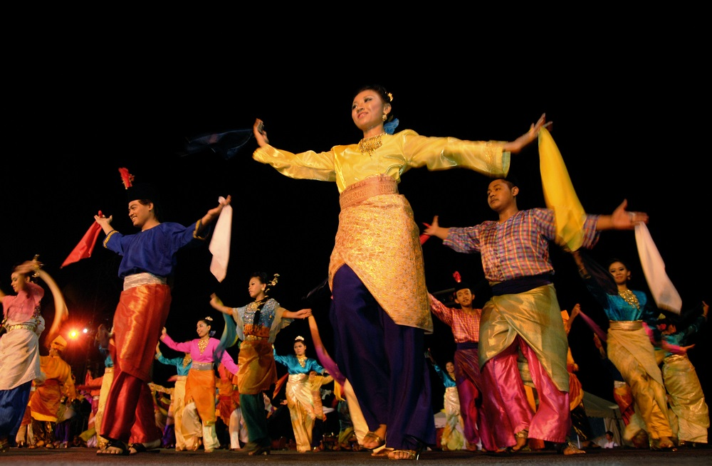malaysians performing cultural dance