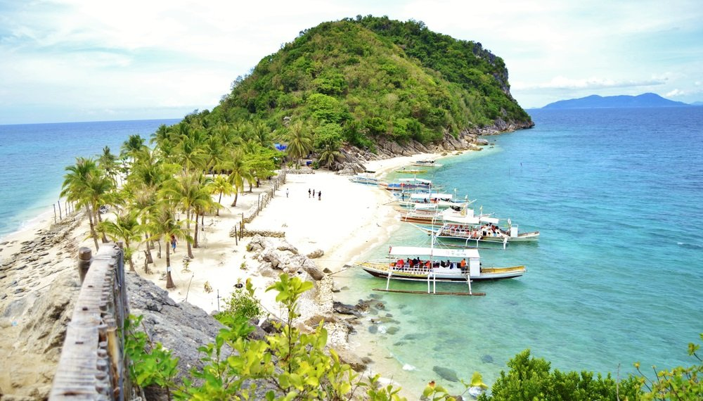 tourists arriving at islas de gigantes